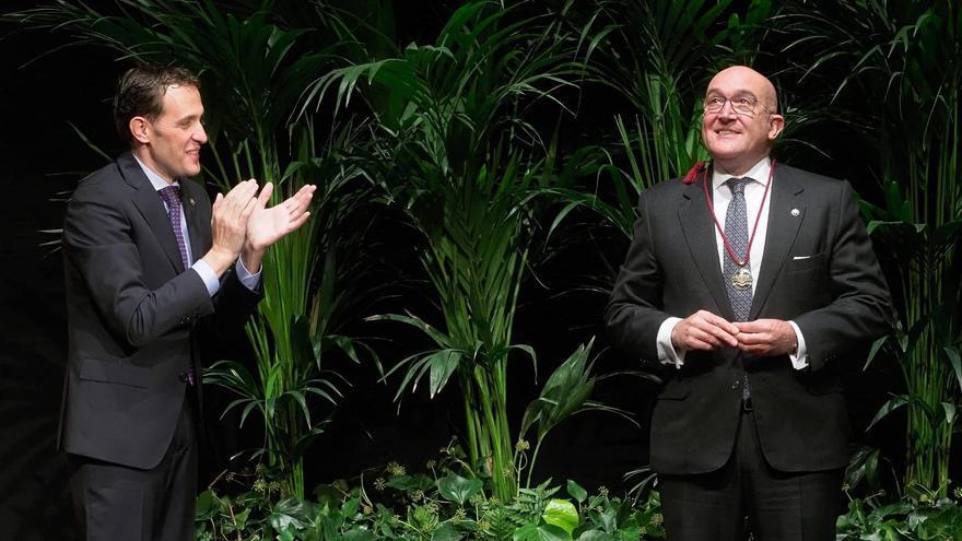 El presidente de la Diputación de Valladolid, Conrado Íscar, entrega la Medalla de Oro de la provincia a su antecesor.
