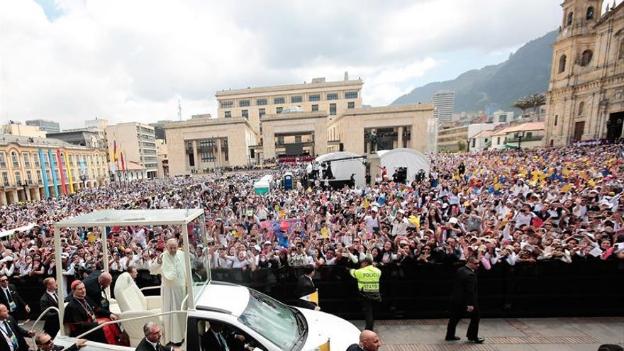 Francisco enloqueció de emoción a jóvenes reunidos en una plaza de Bogotá