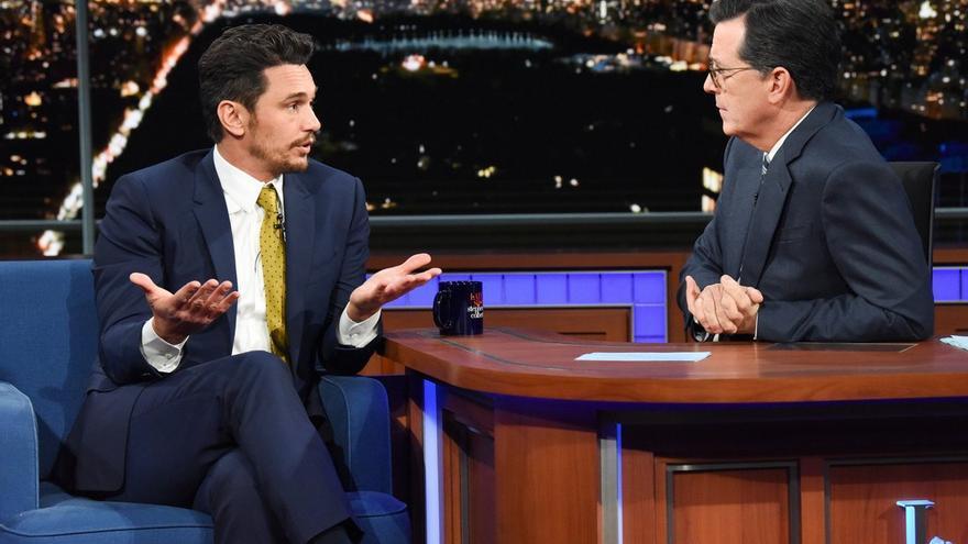James Franco durante la entrevista con Colbert
