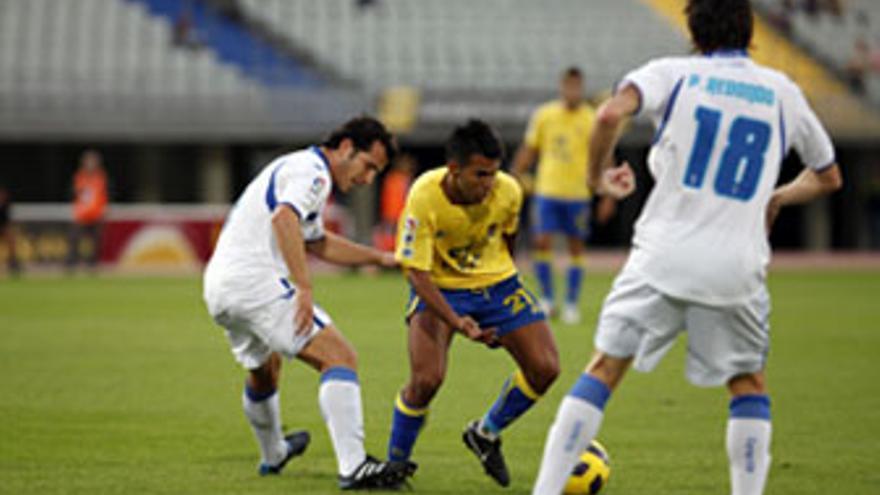Jonathan Viera intenta superar a un jugador del Xerez en el último partido de Liga. (ACFI PRESS)