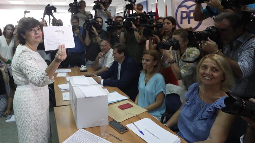 La candidata a la presidencia del Partido Popular Soraya Sáez de Santamaría, votando en las primarias. EFE/Javier Lizón