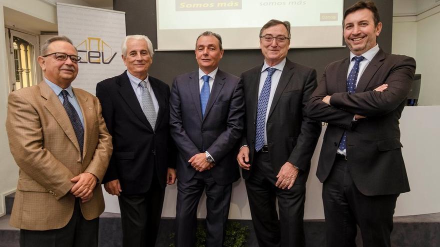 Salvador Navarro junto a los miembros de las sectoriales de la CEV