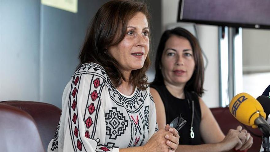 La directora del Instituto Canario de Igualdad (ICI), Claudina Morales (i), y la gerente de la agencia de publicidad Cúrcuma, Inmaculada Anaya (d)