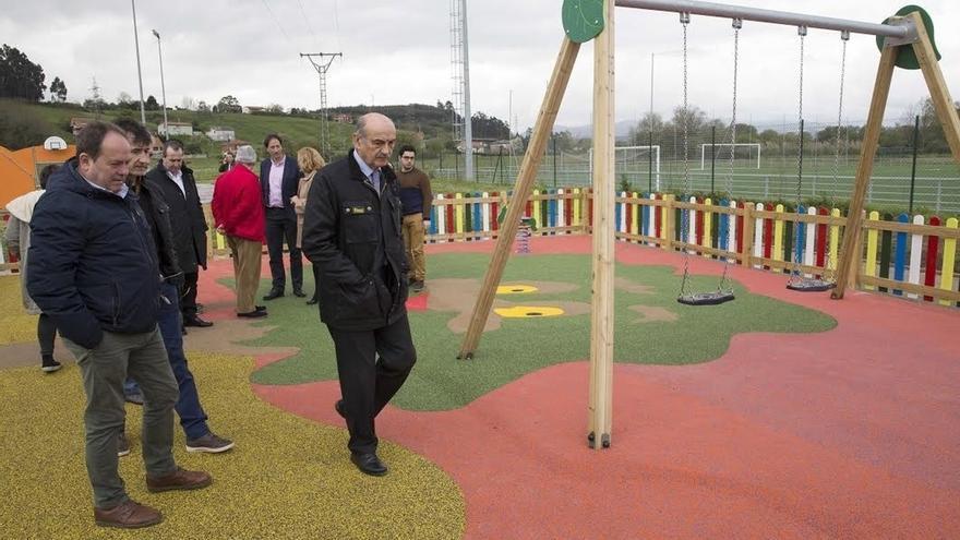 Mazón inaugura la mejora del Ayuntamiento y un parque infantil en Rinconeda