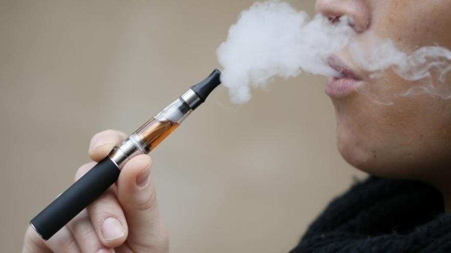 El sector del cigarrillo electrónico ha facturado en el último año más de 24,6 millones en España. \ Efe