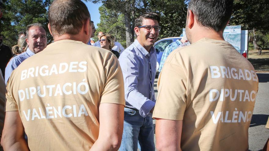 Jorge Rodríguez saluda a membres de les brigades de la Diputació