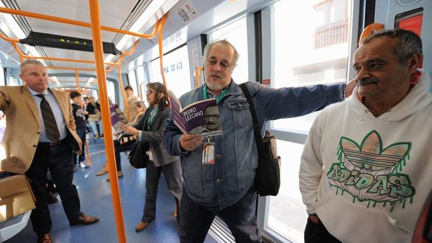 Lectura de poemas de Pedro Lezcano en el tranvía por el Dia de las Letras Canarias / Tony Cuadrado