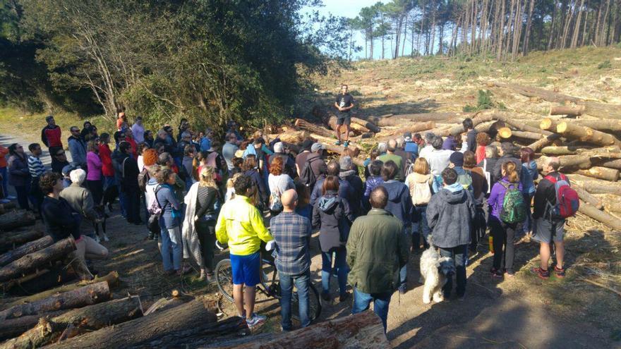 Unas 80 personas se concentraron este domingo en el bosque como protesta contra la tala.   RUBÉN VIVAR