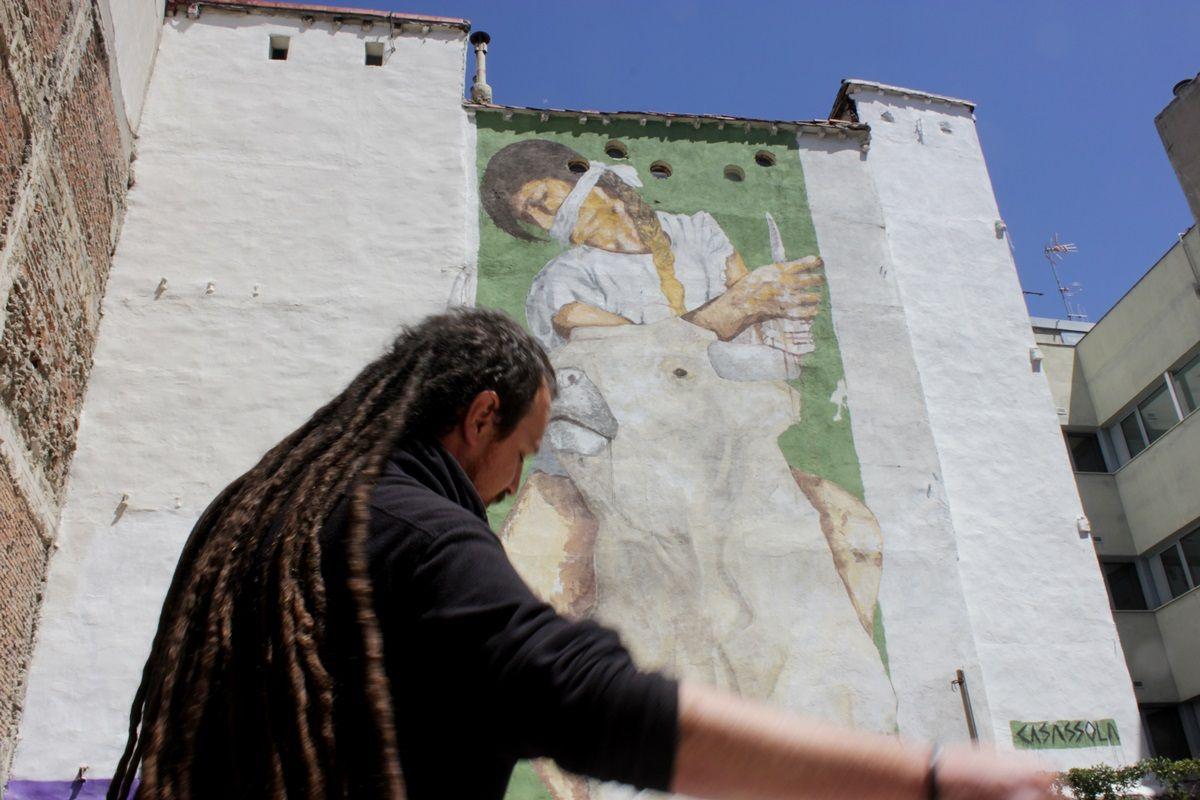 Casassola, junto a su mural de Antonio Grilo | RAQUEL ANGULO