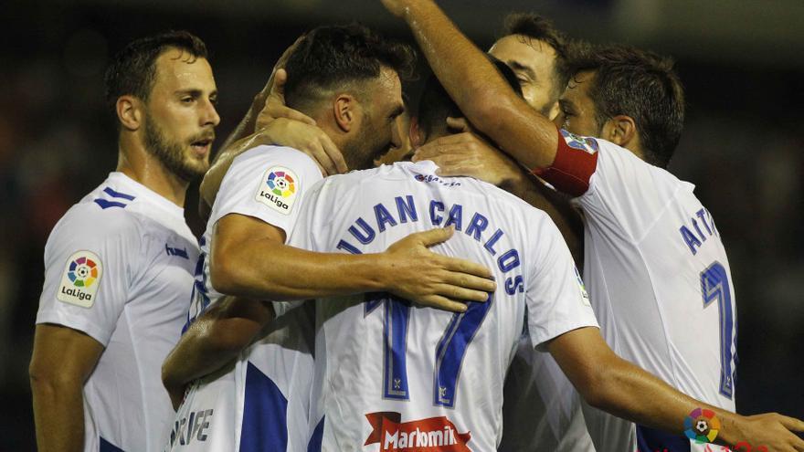 Los jugadores del CD Tenerife celebran uno de los tantos logrados ante el Alcorcón.