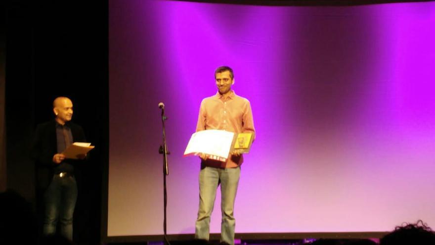 Carlos de León recibe los premios en el Teatro Municipal de Tías.