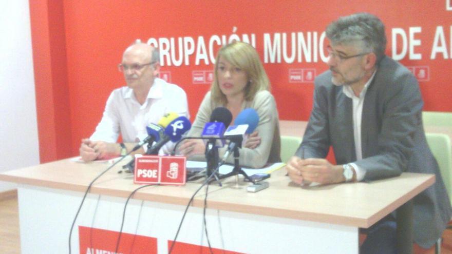 Piedad Álvarez, en el centro, pronunciándose sobre la operación Púnica en Almendralejo