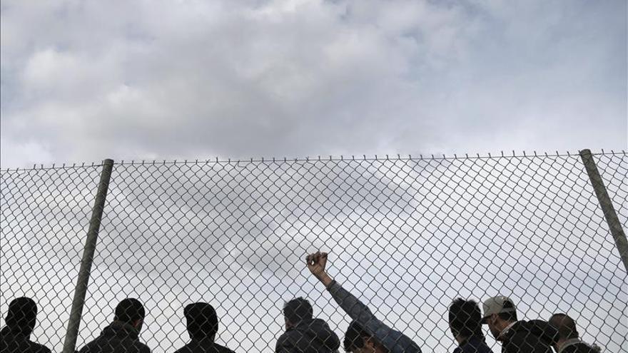 Policías croatas y serbios refuerzan a los macedonios en la frontera con Grecia