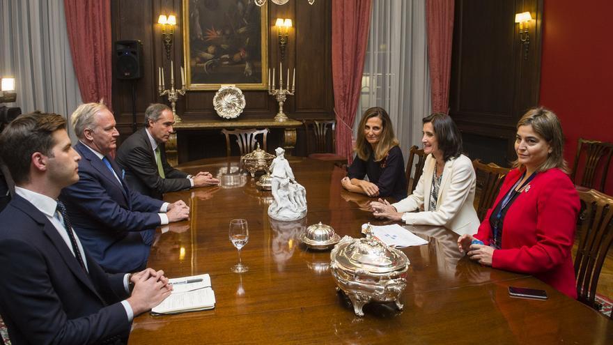 Mariate Lorenzo (con chaqueta blanca), durante la reunión en la Embajada de España en Londres