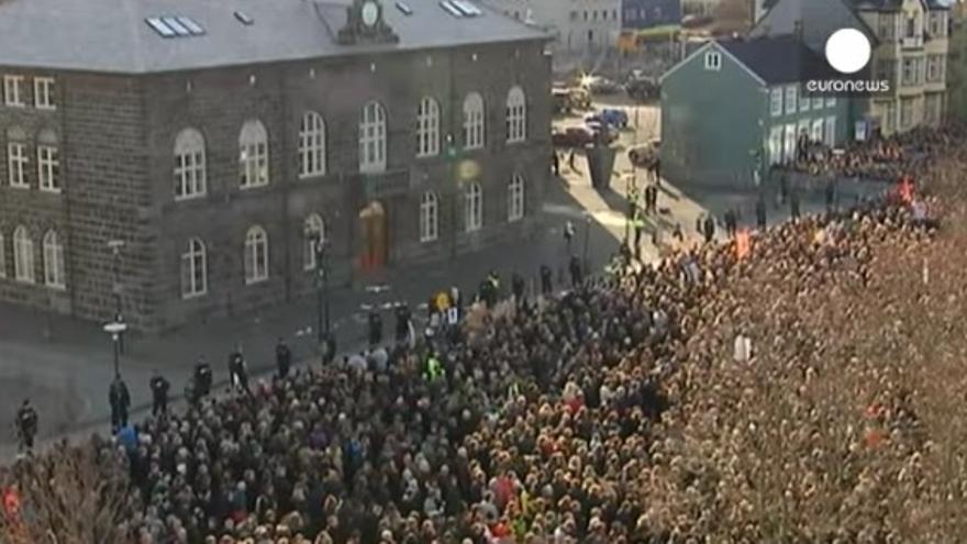 La protesta de los islandeses frente al Parlamento del país