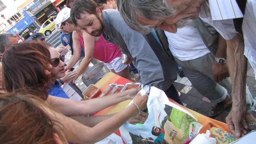 Konstantinos Polychronopolous reparte cada día 300 comidas gratuitas en Atenas