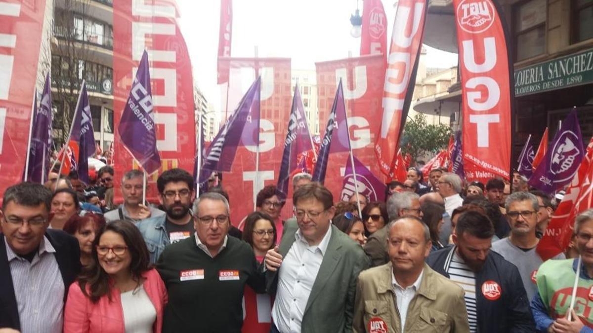 Los líders de CCOO y UGT, Arturo León i Ismael Sáez, amb el president Ximo Puig y la vicepresidenta Mónica Oltra.