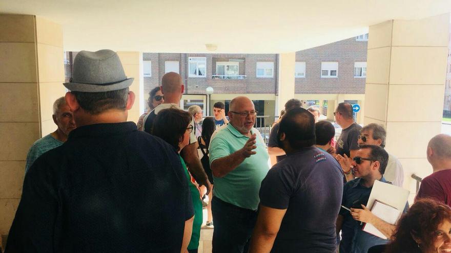 Miembros de la plataforma Stop Desahucios se concentran a las puertas de la vivienda para impedir el desalojo.