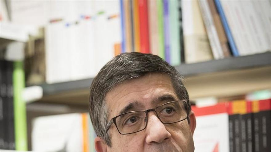 Patxi López exige que Rajoy dé la cara, en vez de tuitear paseos por Brasil