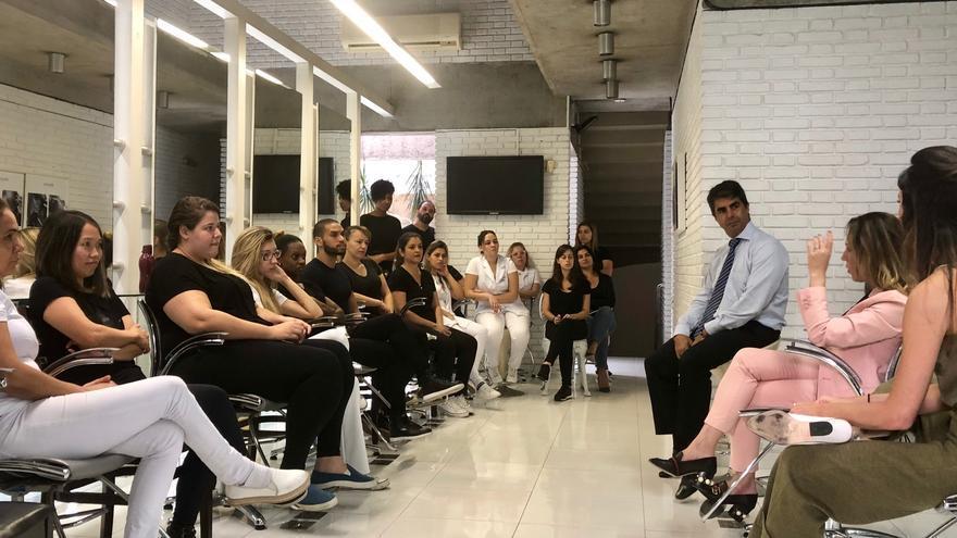 Empleadas de un salón de belleza de alta gama en San Pablo reciben una charla para frenar la violencia doméstica como parte del proyecto Mãos Empenhadas Contra a Violência.