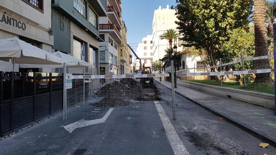 La vía trasera del Cabildo (calle Álvarez Abreu) ha sido vallada con motivo de las obras se llevan a cabo en el marco del proyecto de remodelación de la Avenida Marítima.