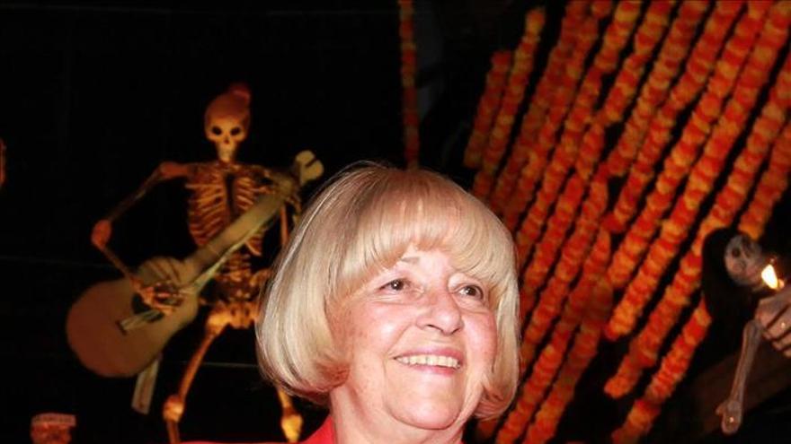 La editora Beatriz de Moura obtiene la Presea Sor Juana en México