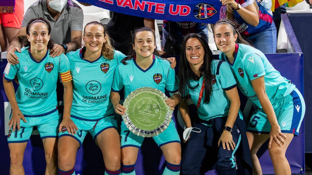 Rocío Gálvez, a la derecha, tras ser subcampeona de Copa