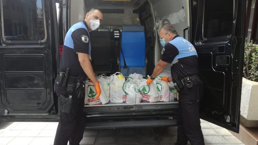 Policias locales en el reparto de los alimentos.
