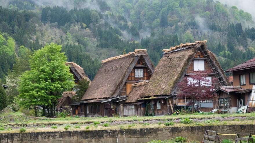Las cabañas de techos de paja son una de las señas de identidad de los Alpes japoneses. Matze Schmidt