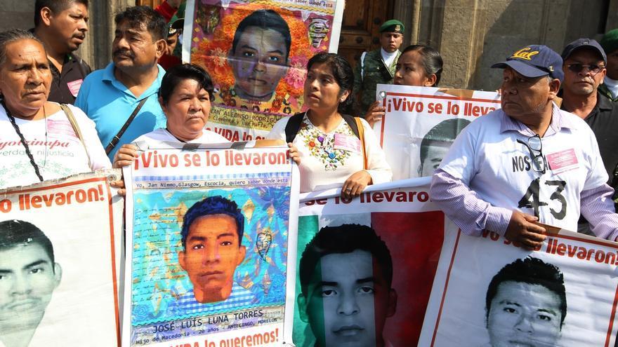Padres de los estudiantes desaparecidos de Ayotzinapa.