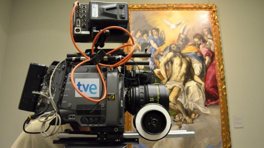 Momento del rodaje del documental 'La pasión del Prado'. La resolución es tan alta que la iluminación tenía que adaptarse para no sacar las grietas en la tela de un cuadro