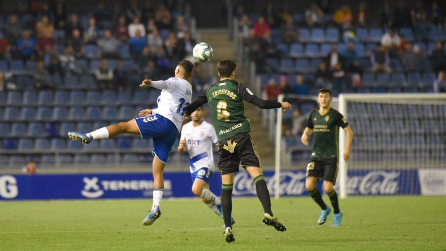 Jugada del Tenerife-Ponferradina, último partido de Liga jugado en Canarias antes del decreto de estado de alarma