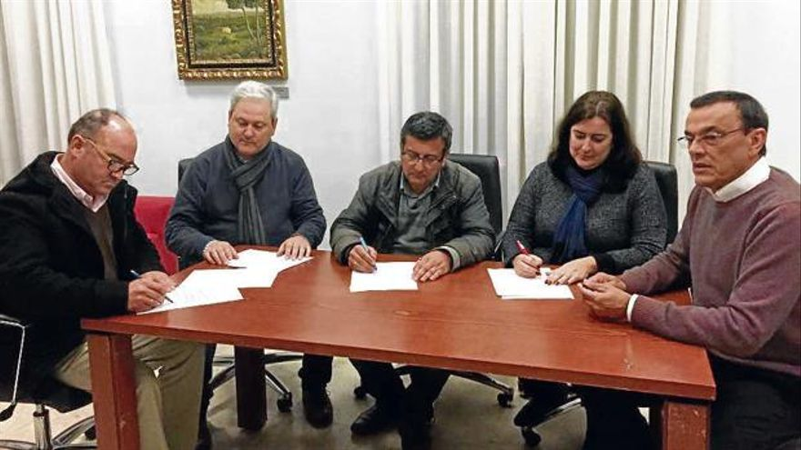 Imagen de la firma en enero para mantener el pacto de gobierno, con Ignacio Caraballo a la derecha.