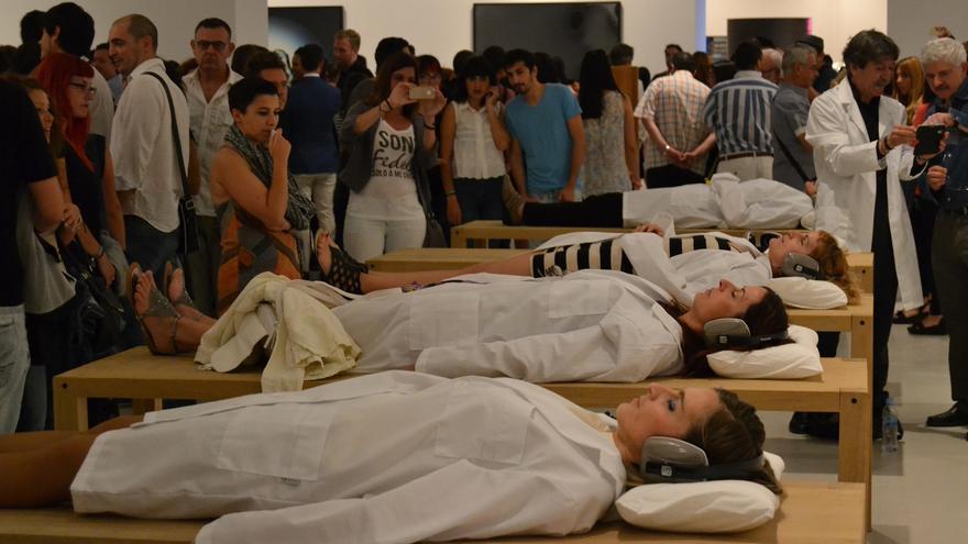 'Beds for human use', durante la inauguración la antología de Marina Abramovic