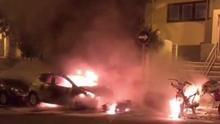Captura de imagen de un vídeo grabado por la Policía Local en el que se ve a varios vehículos ardiendo.