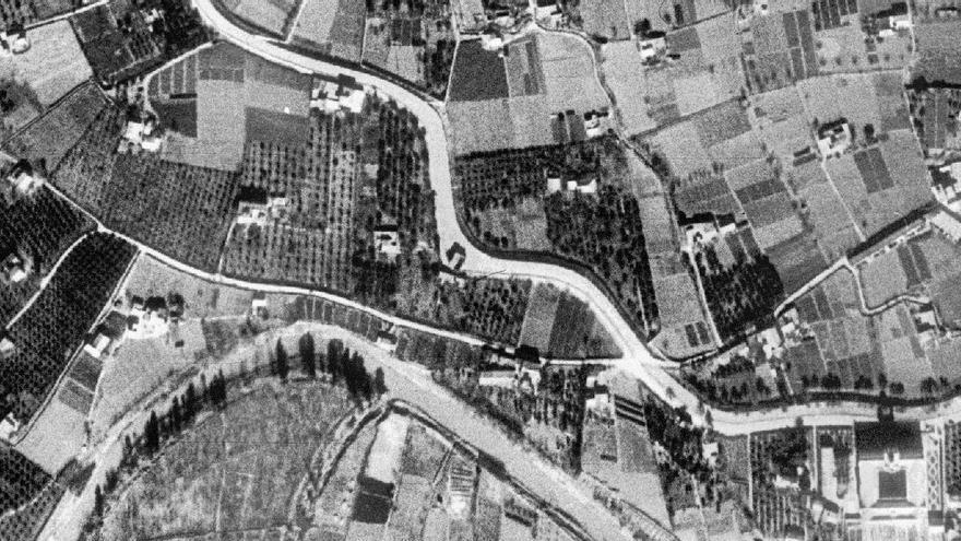 Ciudad y huerta. Ortofoto de 1956. En el centro, partiendo en dos el serpenteante Malecón, las Cuatro Piedras.