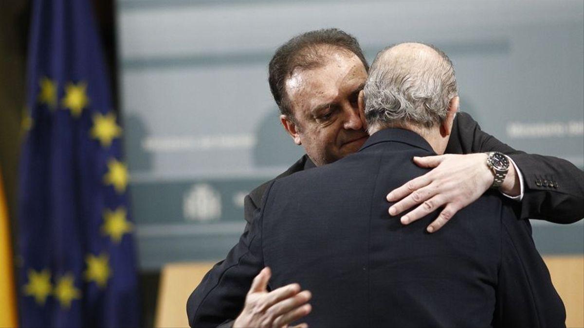 El comisario José Luis Olivera, antiguo azote del PP, abraza al ministro Fernández Díaz