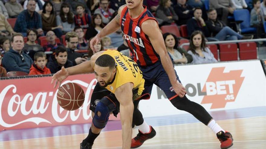 El base norteamericano del Iberostar Tenerife, Davin White (i), y el también base norteamericano del Baskonia, Shane Larkin (d), durante el partido correspondiente a la décima jornada de la Liga ACB en el Buesa Arena, en Vitoria. EFE/José Ramón Gómez