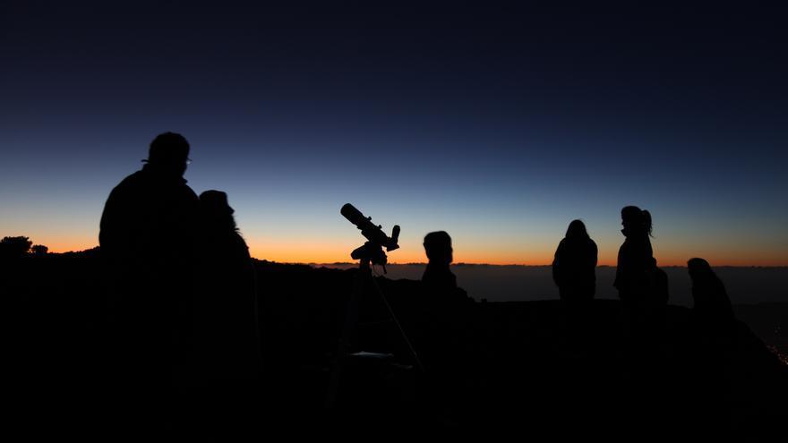 En la imagen, una observación nocturna con telescopio portátil.