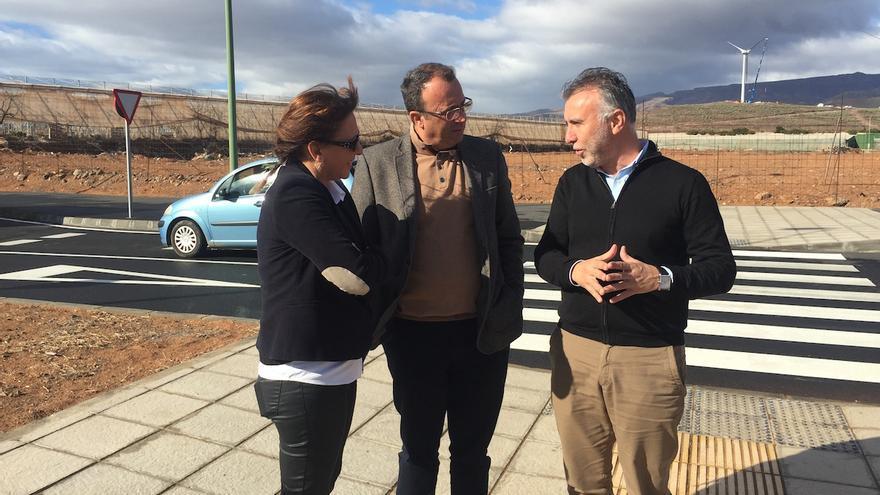 El consejero de Obras Públicas e Infraestructuras del Cabildo, Ángel Víctor Torres, y la alcaldesa, Dunia González, visitaron la circunvalación.