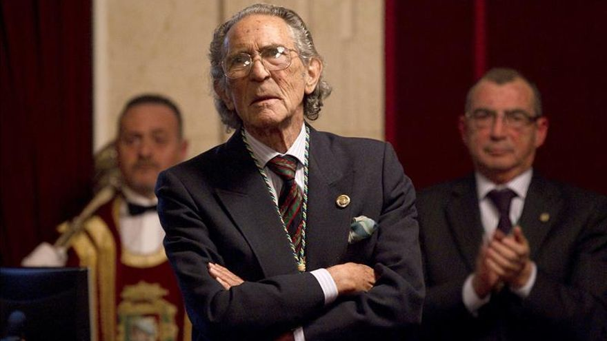 Antonio Gala dona a Andalucía más de mil libros para las bibliotecas públicas