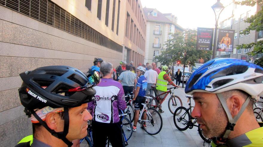 Concentración de ciclistas ante las puertas de los Juzgados el día del juicio contra el camionero acusado.