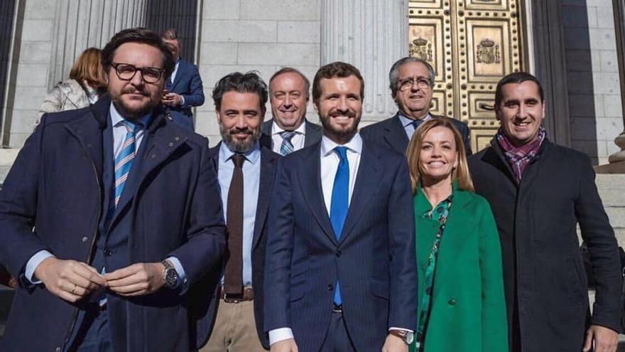Borja Pérez Sicilia (d), con Pablo Casado y otros cargos del PP de Canarias en las Cortes Españolas.