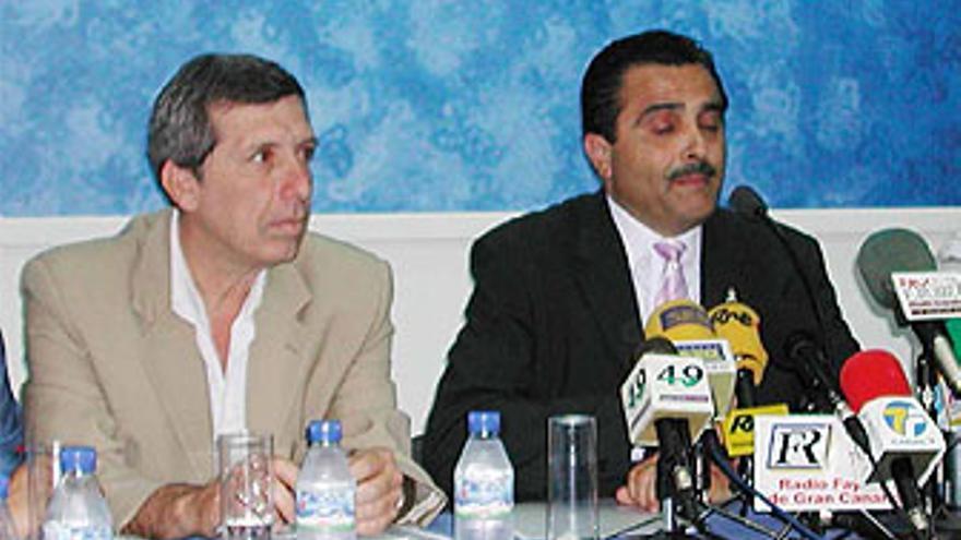 Guillermo Reyes (AFV-Ciuca) y Francisco Valido (PP), durante la firma del pacto de gobierno en 2003. (CANARIAS AHORA)