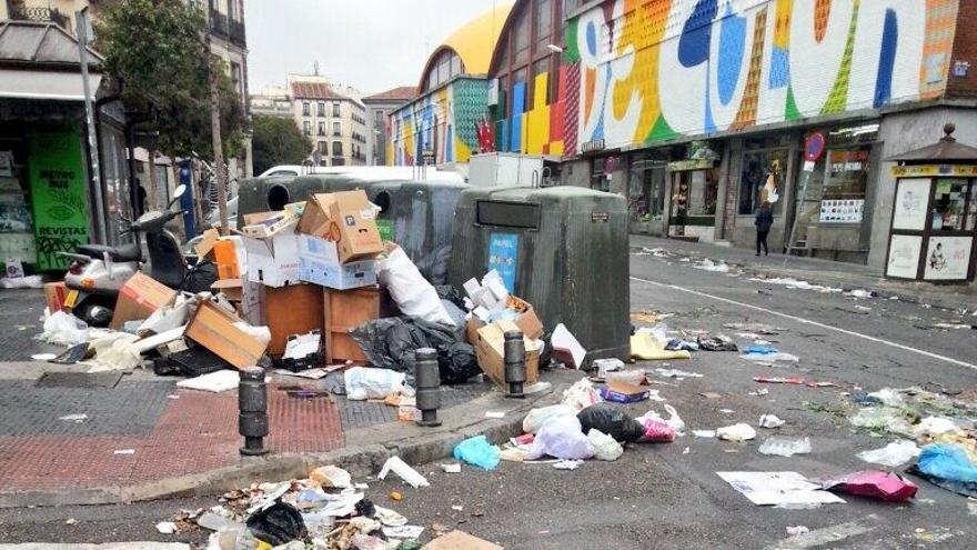 La céntrica Plaza de Puerta de Moros en el tercer día de huelga de trabajadores de limpieza. \ @fanetin