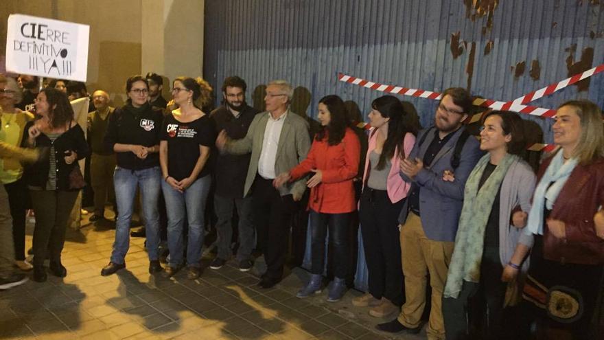 El alcalde de Valencia, Joan Ribó, con miembros de la Campaña CIEs No, en el acto de precintado del CIE de Zapadores