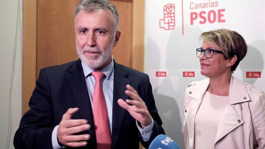 El secretario general del Partido Socialista de Canarias, Ángel Víctor Torres junto a la Delegada del Gobierno, Elena Máñez.