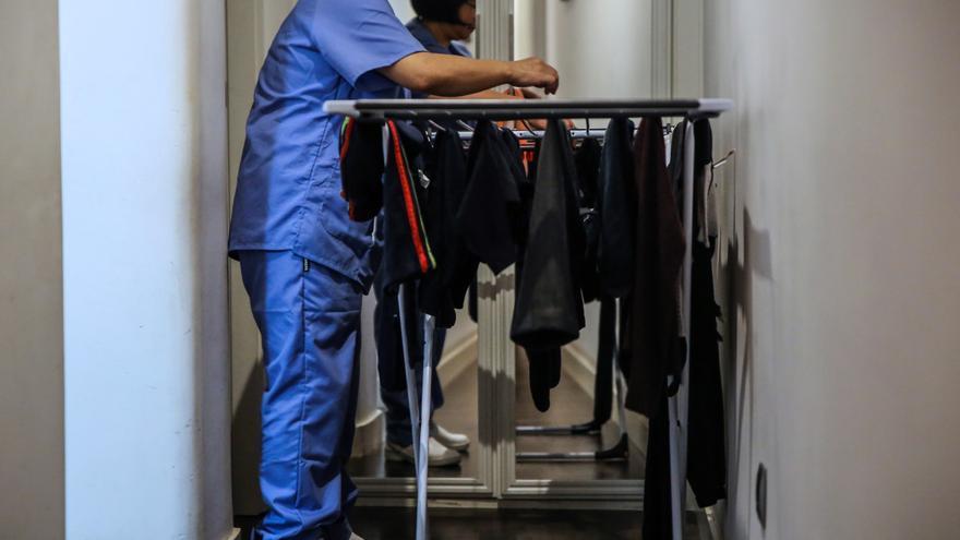 Una empleada del hogar realiza su trabajo en un domicilio de Madrid. EFE/Dani Caballo/Archivo