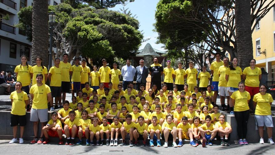 Los niños y jóvenes que participan en el Campus de Baloncesto con el alcalde, el concejal de Deportes y representante de CB Canarias en La Alameda.