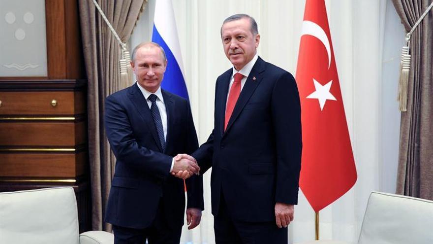 Putin y Erdogan hablan por teléfono tras el atentado de Estambul